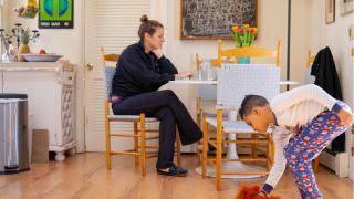کمک به کودکان در کنار آمدن با تنهایی در همه گیری ویروس کرونا (COVID-19)