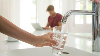 بررسی انتقال ویروس کرونا از طریق آب های آشامیدنی و مکان های رسمی شنا